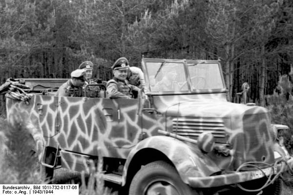 Bundesarchiv_Bild_101I-732-0117-06,_Russland,_Offiziere_in_Mercedes-Benz_Kfz